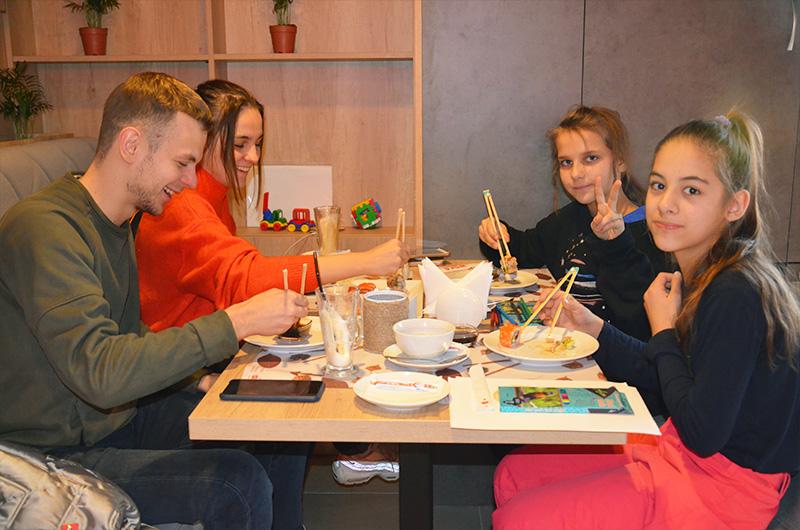 Відвідувачі ресторану WOKA, які смакують суші